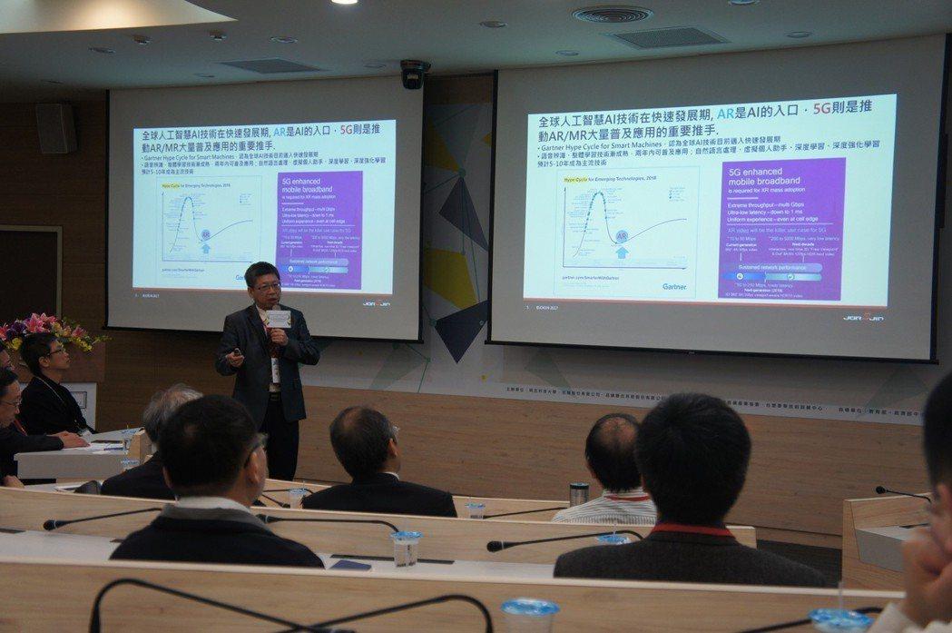 佐臻董事長梁文隆指出,AR是AI的入口,5G時代的到來也正式開啟智慧眼鏡的市場浪...
