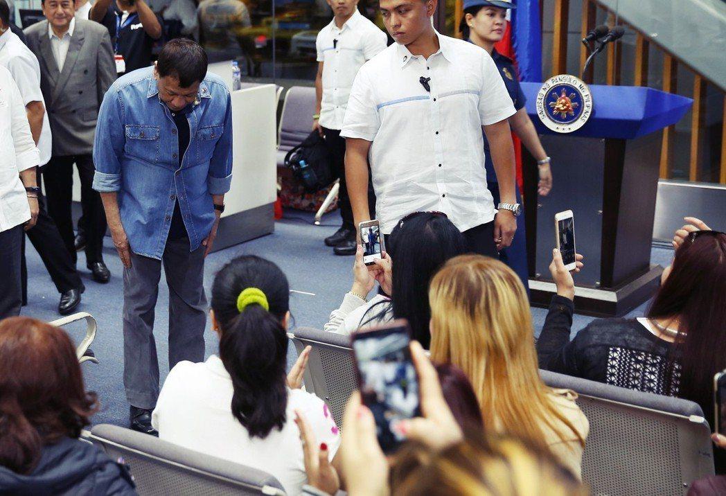菲律賓政府即宣稱,他們會保護海外工作者的合約安全,介入勞資爭議。圖為「冰箱裡的喬...