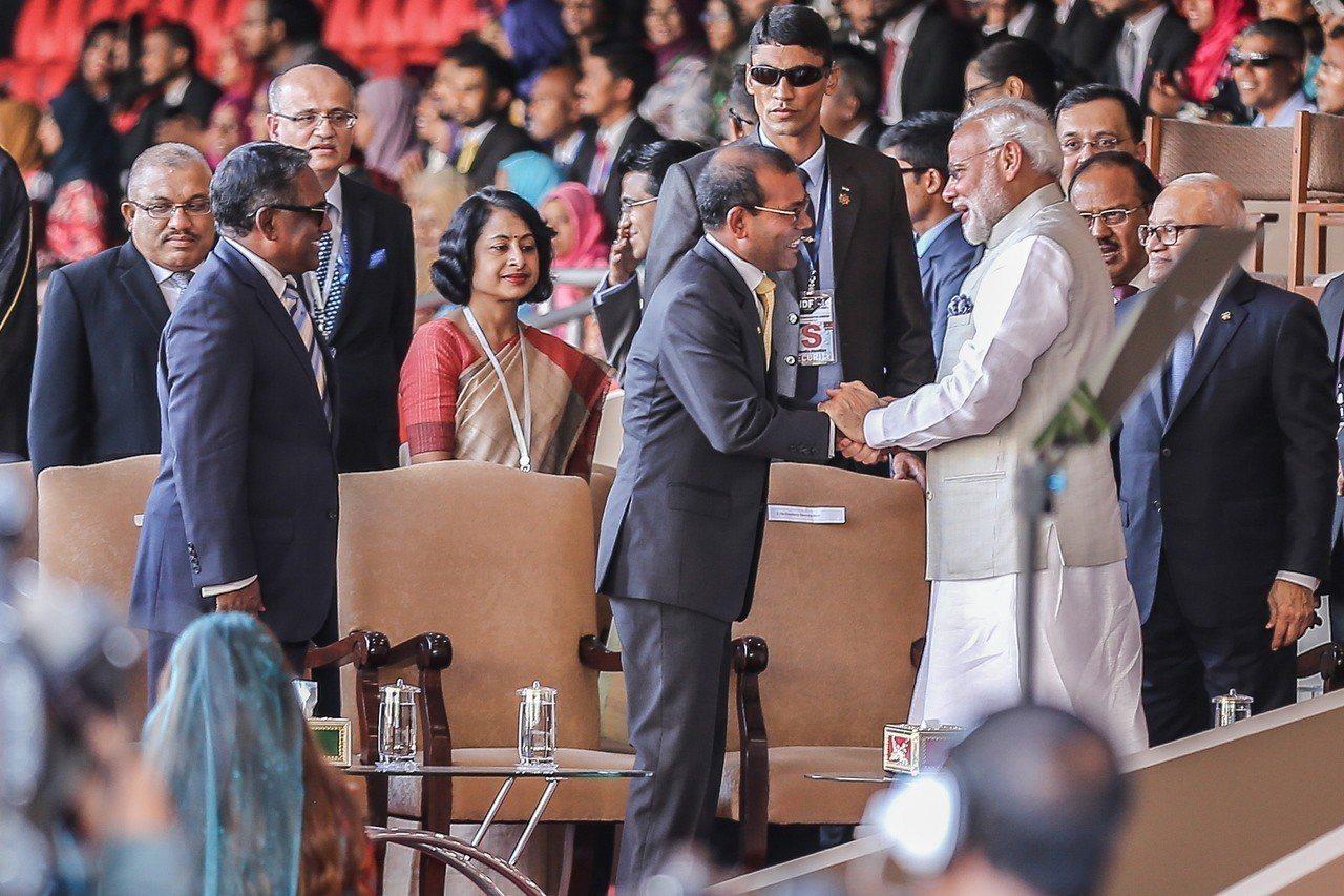 印度總理莫迪(右)17日出席馬爾地夫總統索里(中)的宣誓就職典禮。歐新社