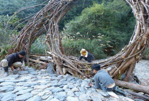 2017拿撒姆大地藝術工作營,藝術家運用大自然中的素材創造的作品。圖/微獵角旅人...