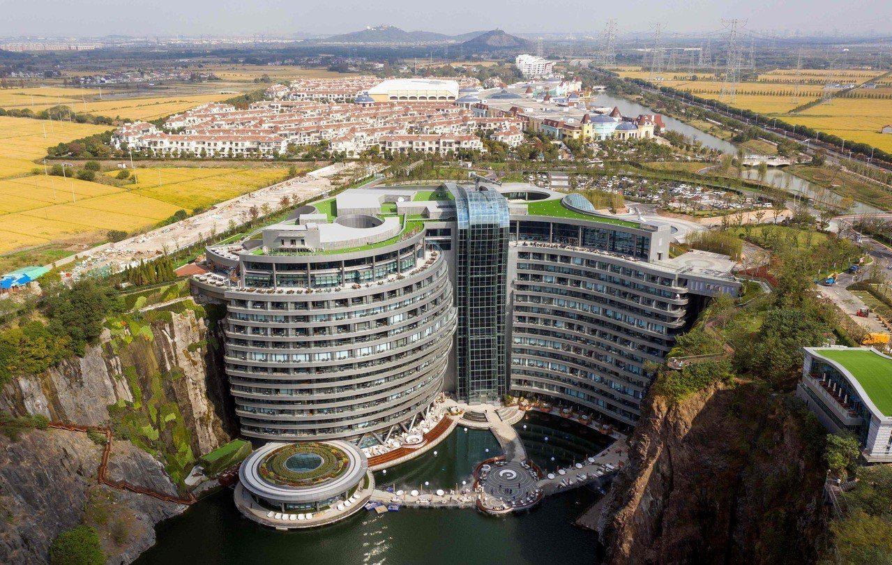 座落在深88公尺舊礦坑崖壁上的上海世茂洲際酒店,被譽為是「世界建築奇蹟」之一,耗...