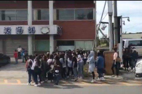 韓國夯團EXO來台灣錄製專屬綜藝節目,他們昨天一抵達高雄,就受到大批粉絲熱情歡迎,馬上感受到南台灣的熱力。有鄉親直擊,他們今天已經全體移動到更南端,因為太多粉絲包圍,在遊客不多的南部地帶非常顯眼。根...