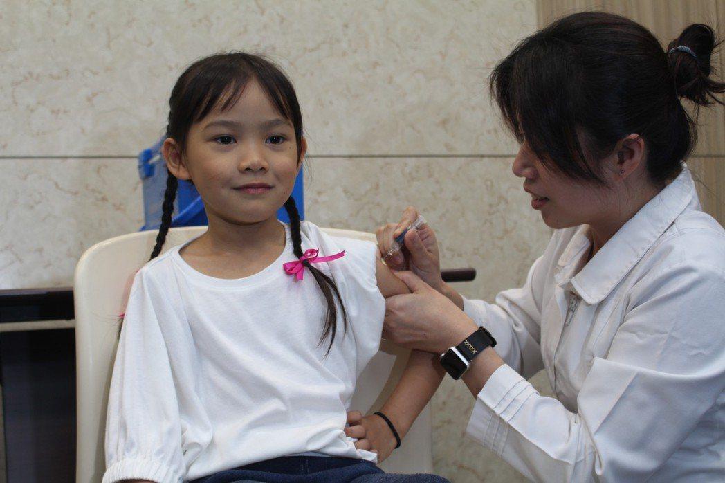 疾管署防疫醫師魏忻怡今天帶著女兒接種疫苗,提升保護力。記者陳婕翎/攝影
