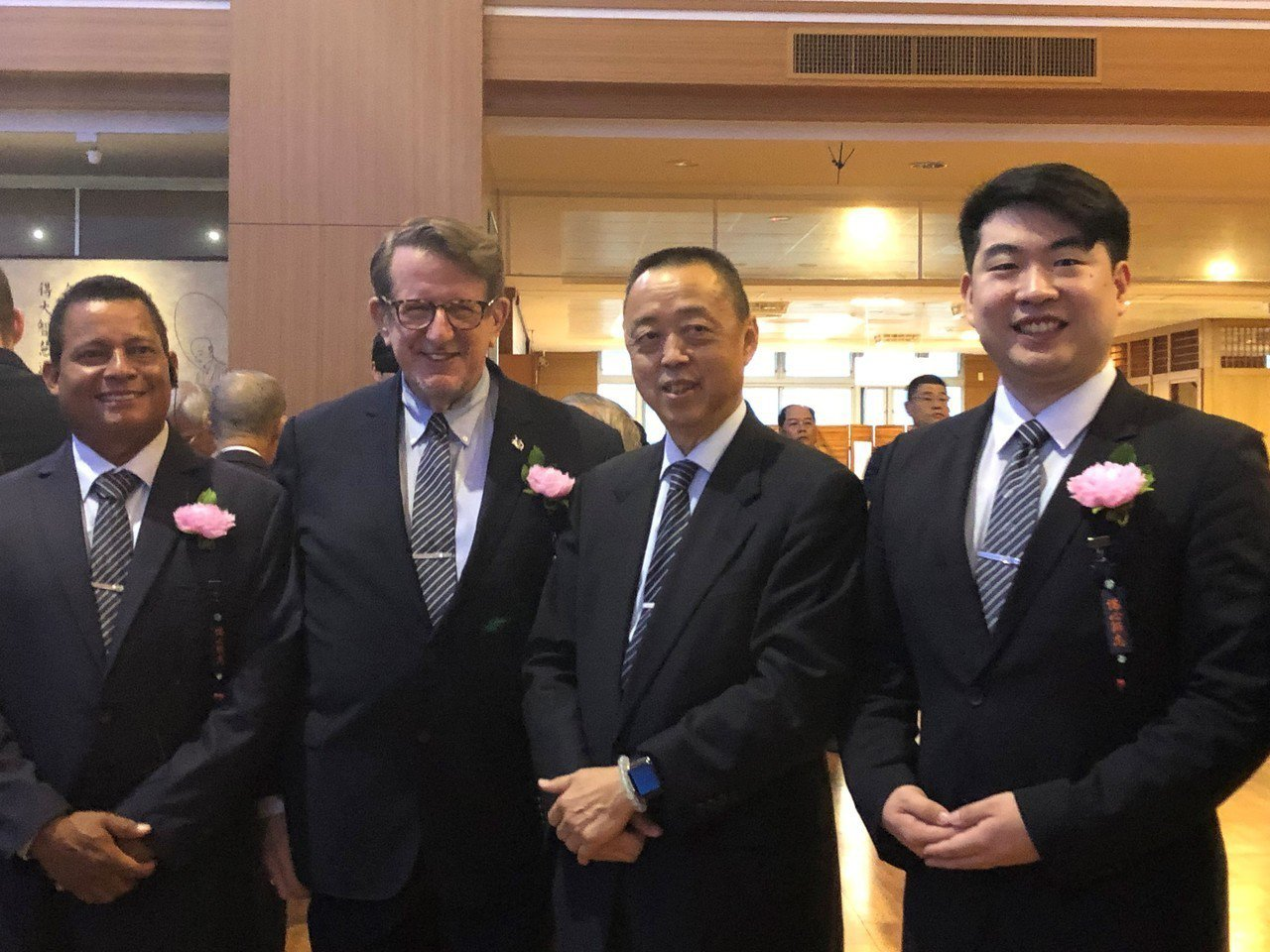 來自聯合國組織布魯斯‧諾茨(左二)、哈佛大學高材生朱冠豪(右一),2位都是協助聯...