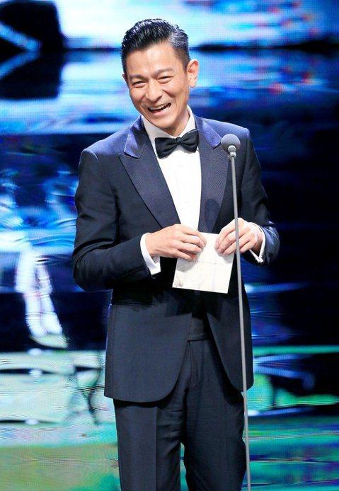 即便第55屆金馬獎受到外在政治風暴影響,劉德華的風範仍引來眾多網友關注,他的幽默、謙虛以及自信,奠定他可以在華人演藝圈當紅近40年的主因,就連與他合作過的好萊塢明星麥特戴蒙,都曾公開告白「劉德華是天...