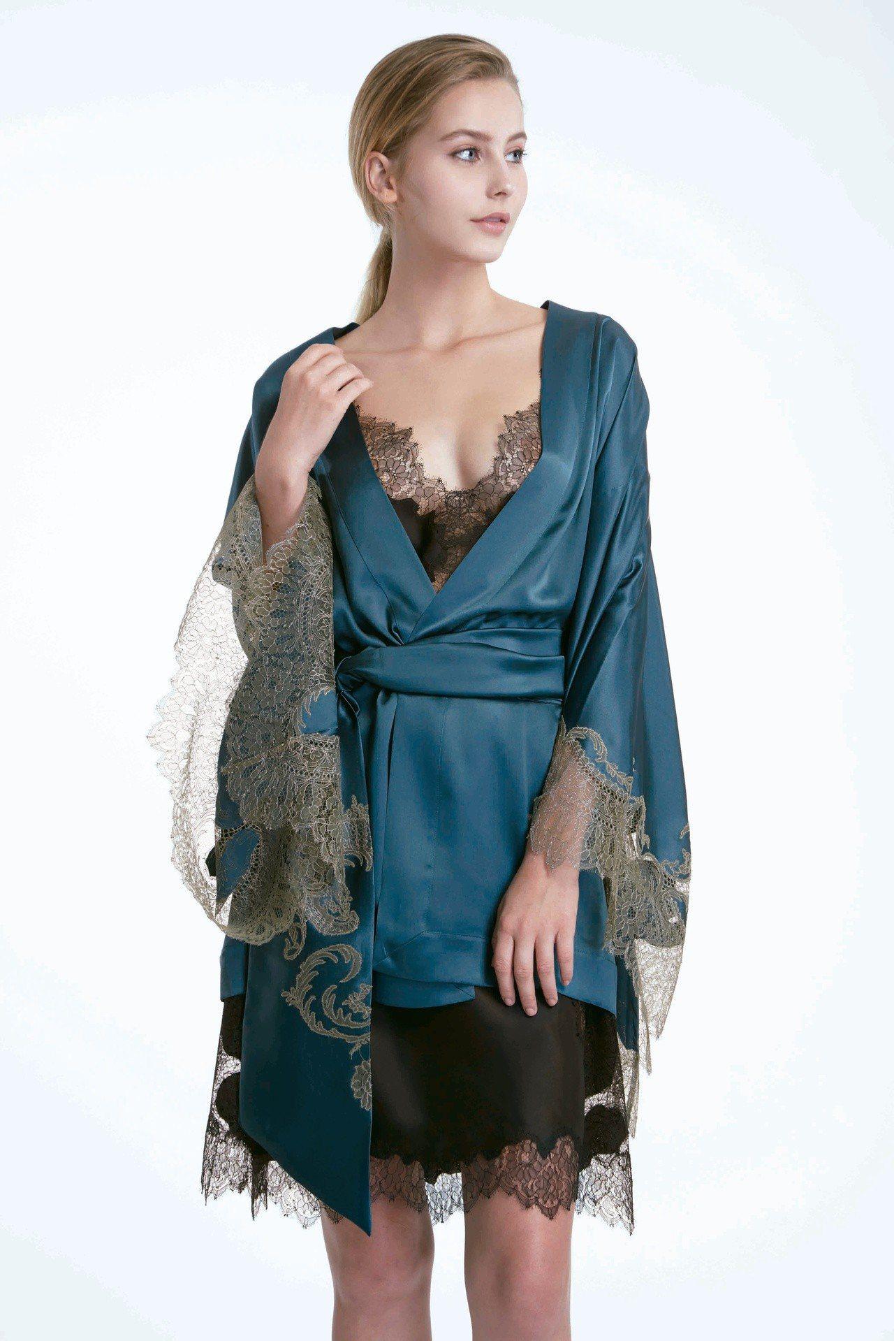 CARINE GILSON墨玉絲質蕾絲絲外罩,售價92,180元。圖/CARIN...