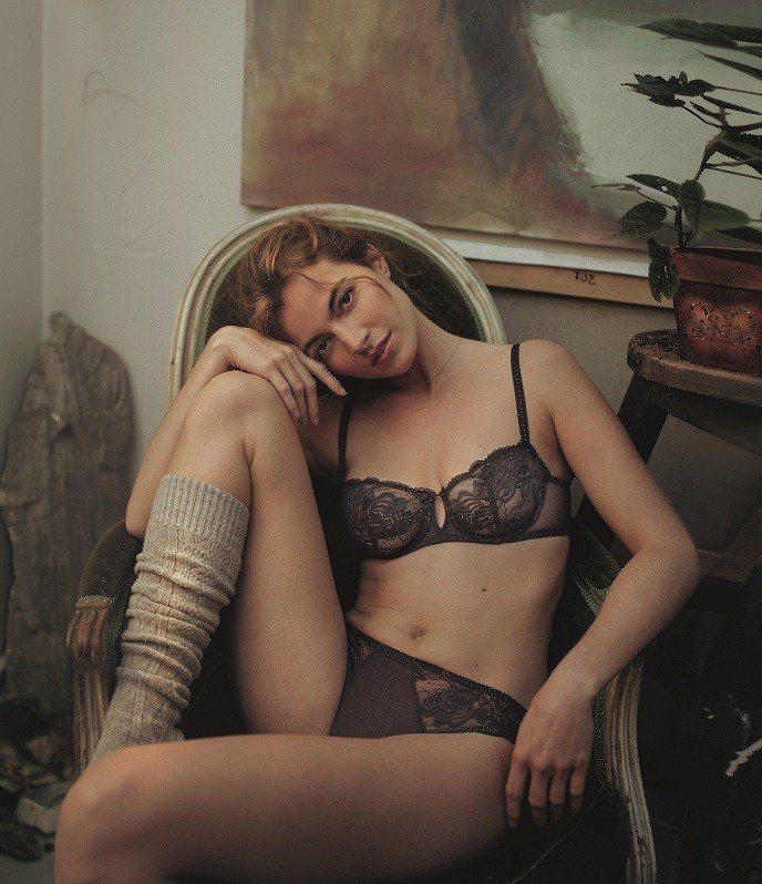 西蒙佩兒為Promesse系列,衣售價4,680元、褲2,580元。圖/SIMO...