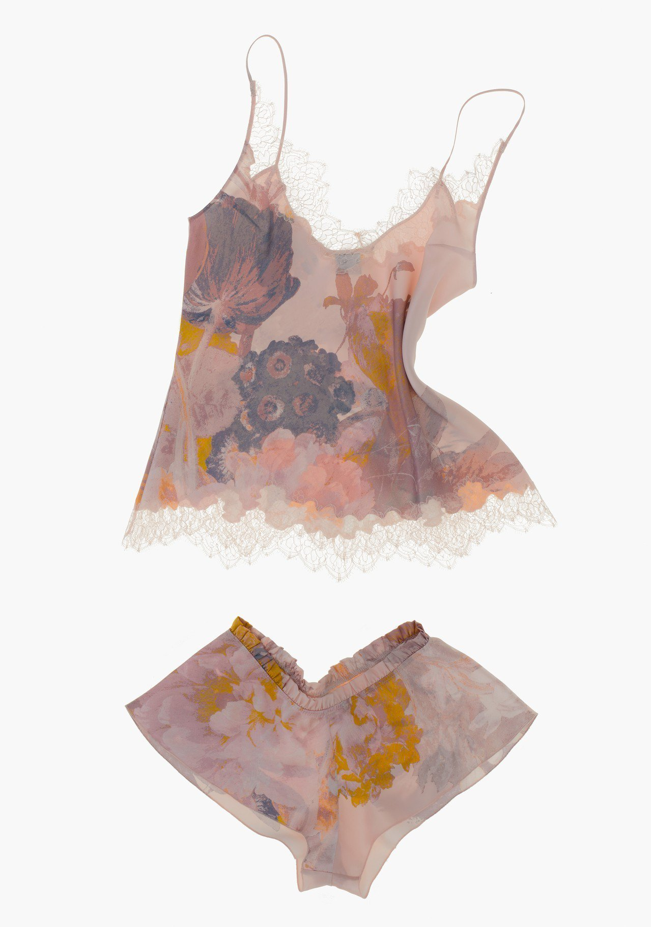 CARINE GILSON粉櫻色花卉蕾絲系列,襯衣售價33,180元、褲售價15...