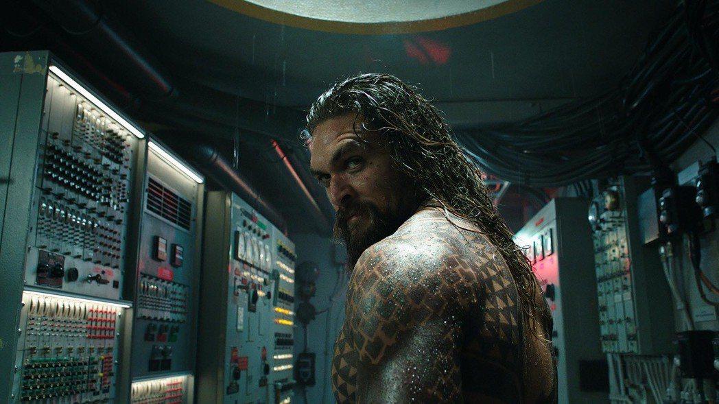 傑森摩莫亞在「水行俠」中要攜手阻止亞特蘭提斯向人類全面進攻。圖/華納兄弟提供