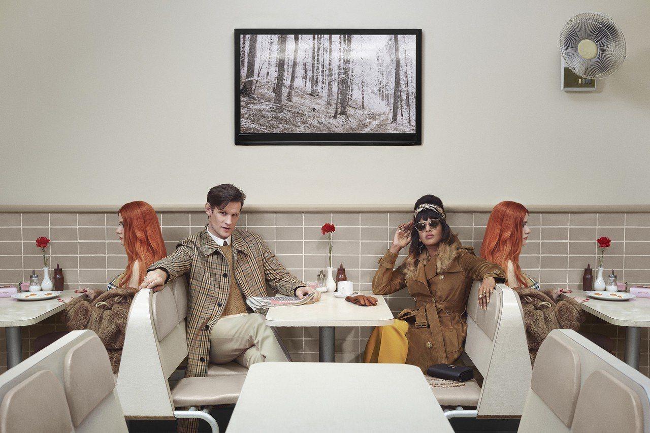 演員Matt Smith和英國饒舌歌手M.I.A.共同參與BURBERRY耶誕形...
