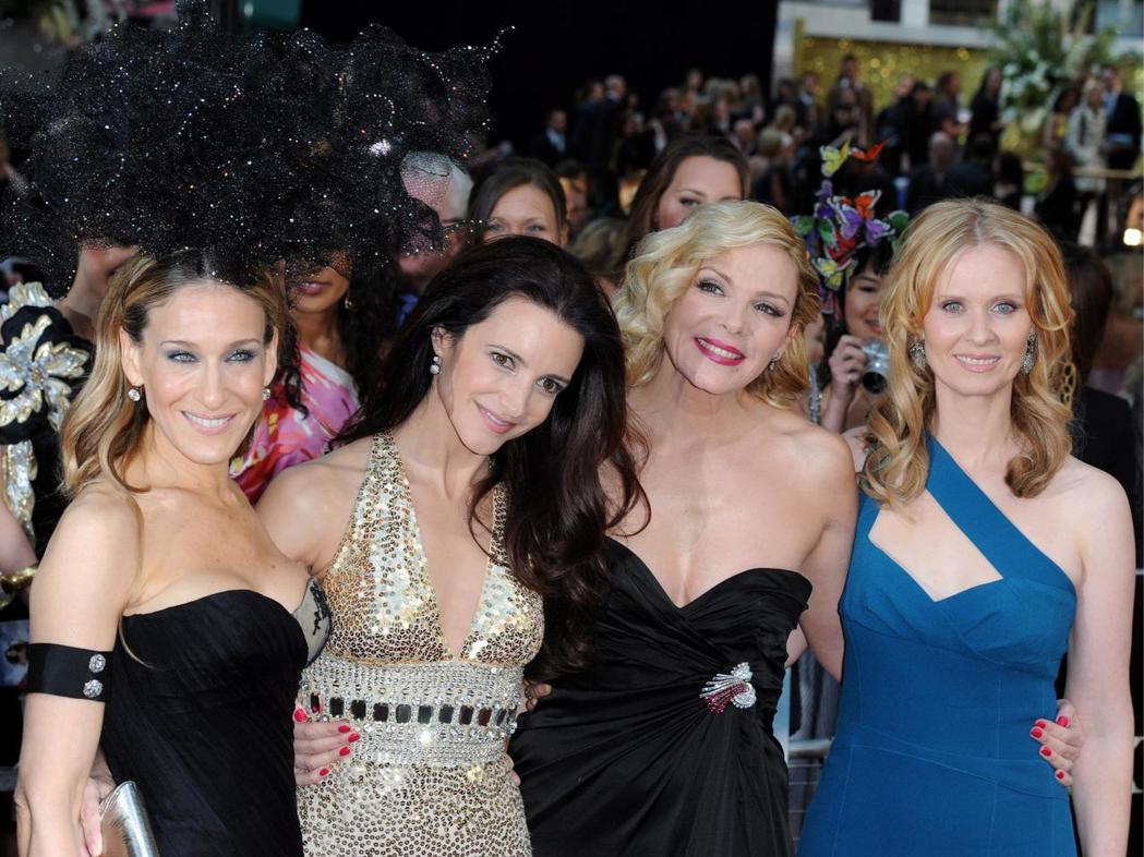 「慾望城市2」活動上,莎拉潔西卡派克(左一)與金凱特蘿(右二)中間夾了個克莉絲汀...