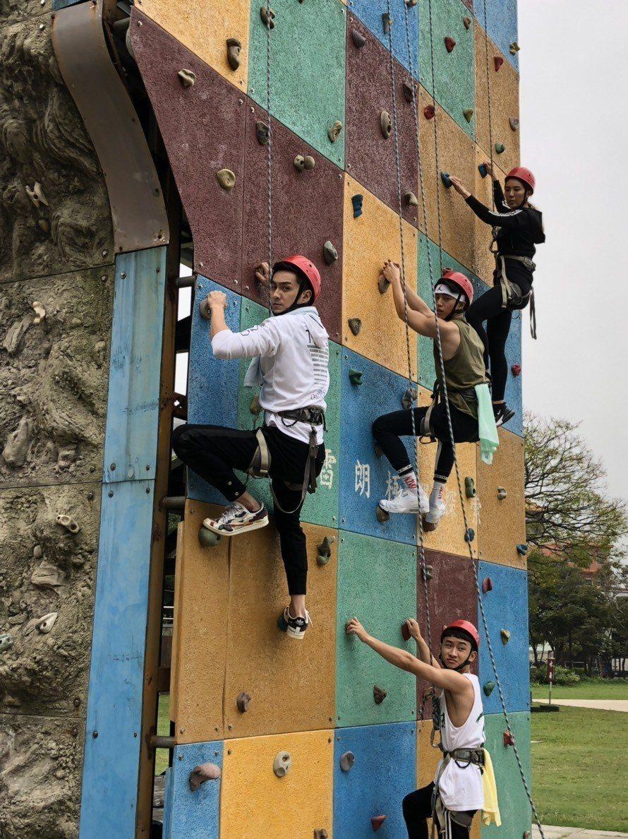 小禎(右)、徐謀俊、蔡辰翰、張雁名拍攝攀岩戲。圖/民視提供