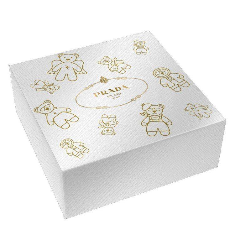 購買兩款PRADA香氛正品即可獲得外盒燙金小熊圖騰的耶誕禮盒包裝。圖/盧亞提供