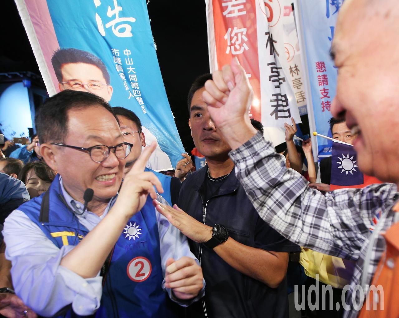 國民黨台北市長候選人丁守中(左)晚上搶進綠營票倉,與民眾努力拜票。記者陳正興/攝...