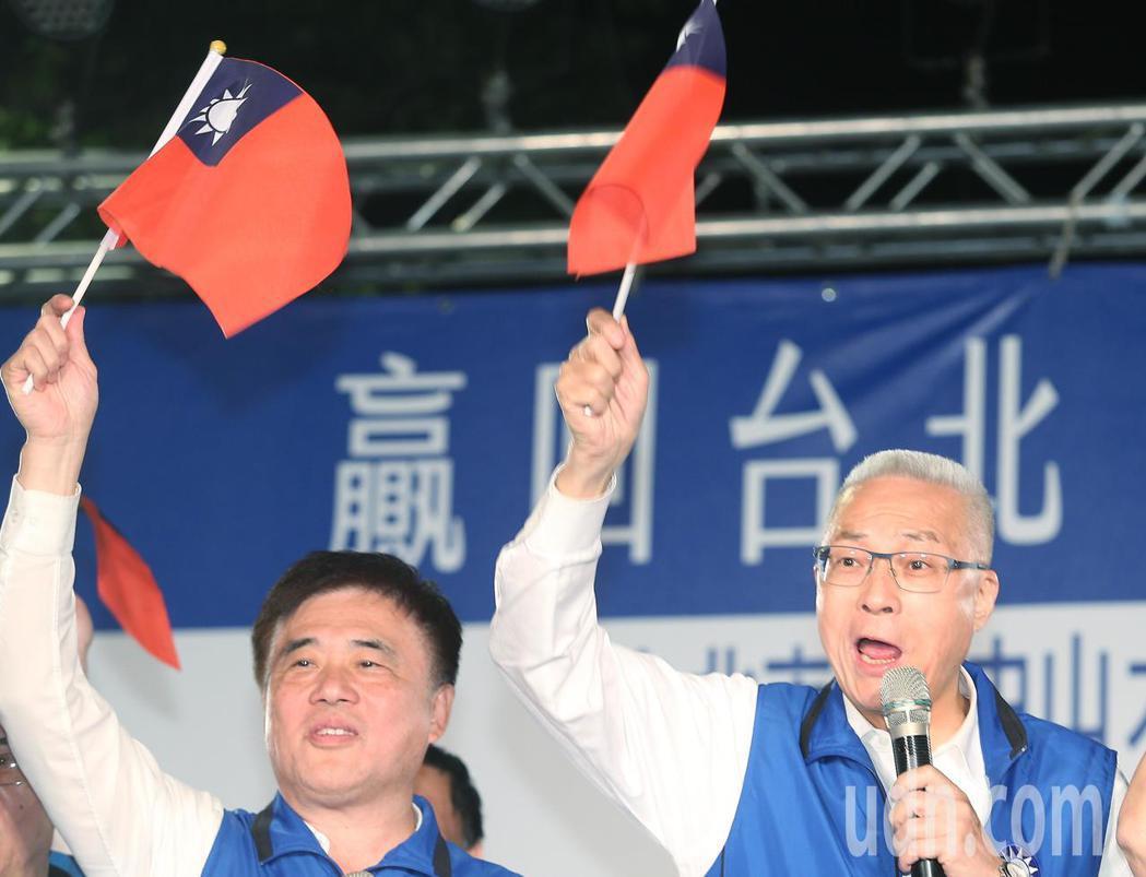 國民黨主席吳敦義(右)與台北市前市長郝龍斌現身助講,與民眾合唱歌曲。記者陳正興/...
