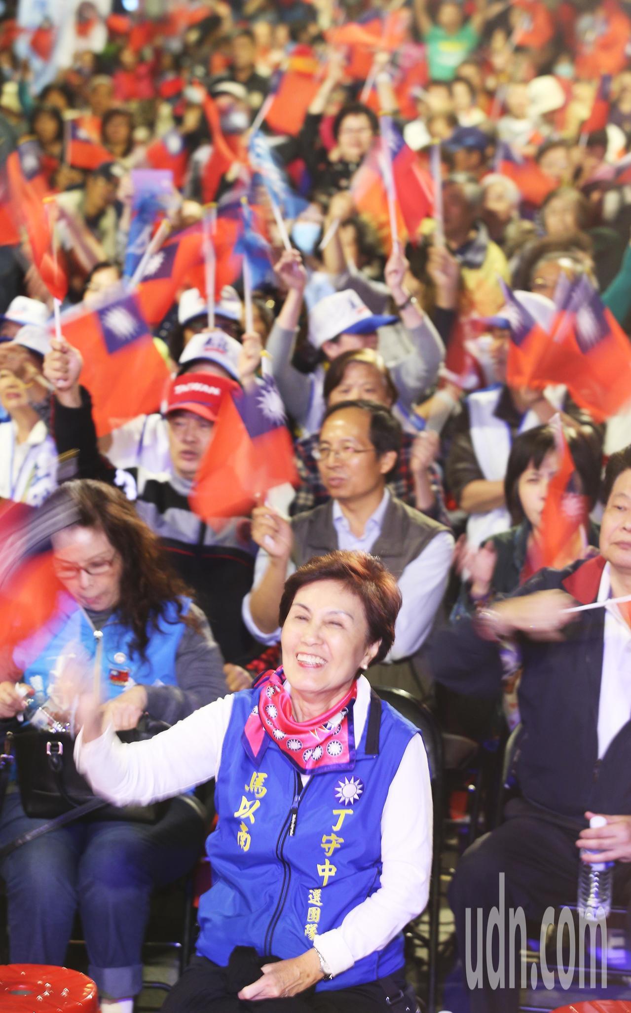 前總統馬英九姊姊馬以南(前)坐在台前,與支持民眾合唱「夜襲」。記者陳正興/攝影