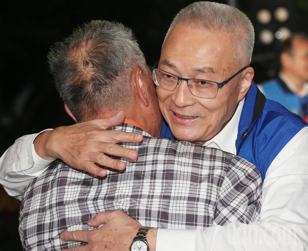 國民黨主席吳敦義(右)現身助講,民眾給予支持的擁抱。記者陳正興/攝影