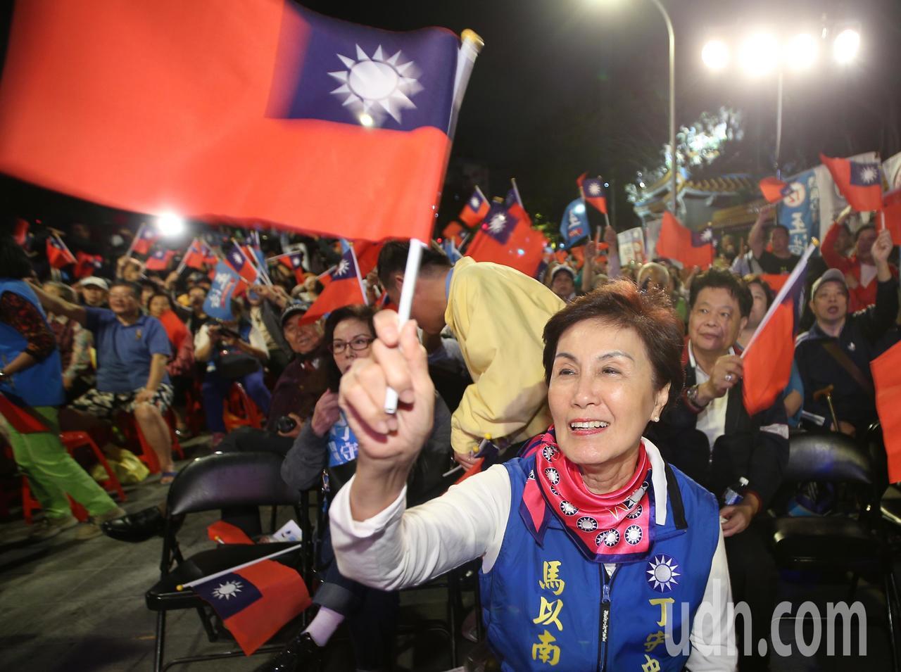 前總統馬英九姊姊馬以南(圖)坐在台前,與支持民眾合唱「夜襲」。記者陳正興/攝影