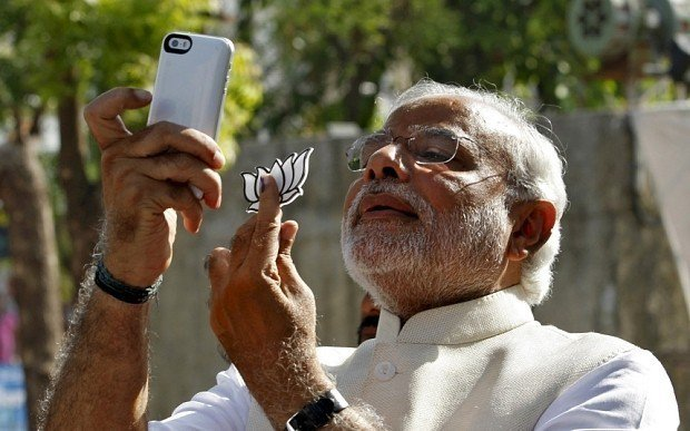 印度總理莫迪喜愛自拍。 (路透)