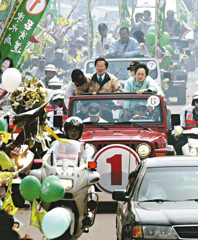 2004年3月19日陳水扁和呂秀蓮在台南市搭乘吉普車掃街時遭到槍擊。 圖/聯合報...