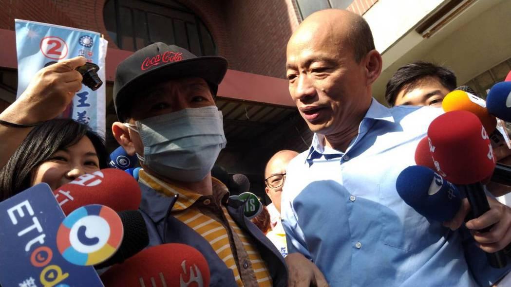 在網路散布買票流言的林姓男子(左)當面向國民黨高雄市長候選人韓國瑜致歉,對韓不提...