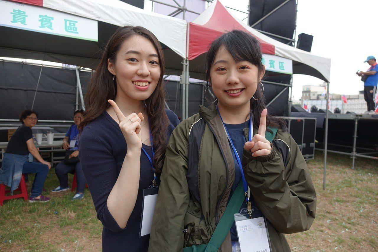 韓國瑜粉絲團小編許右萱(左)。 報系資料照