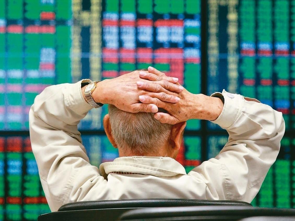 美股三大指數周二全面下挫,加上,蘋果 iPhone砍單利空消息衝擊,台股盤面一片...