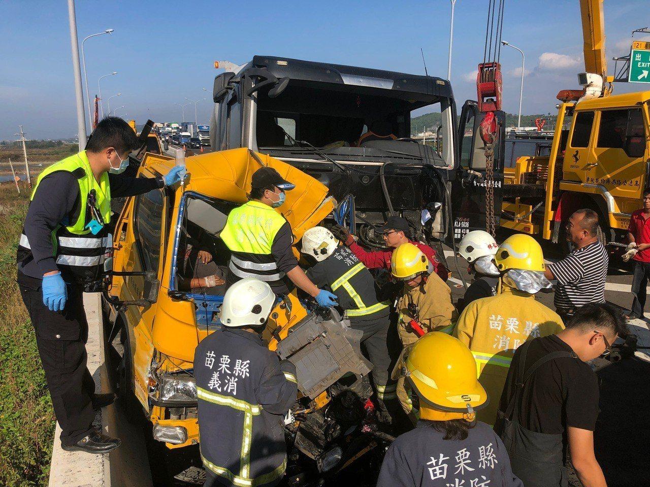 一輛大型曳引車21日行經西濱快速道路南下121公里通霄路段,不慎追撞前方正在清理...