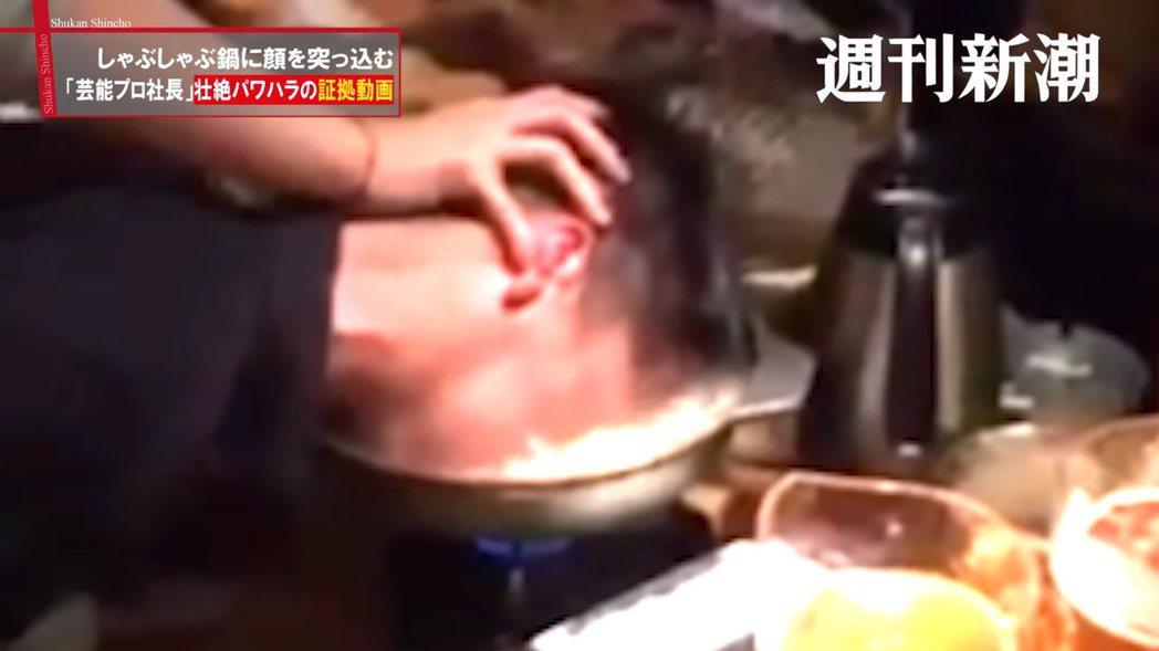 男員工被人強壓頭到滾燙火鍋中。 圖/擷自週刊新潮Youtube影片