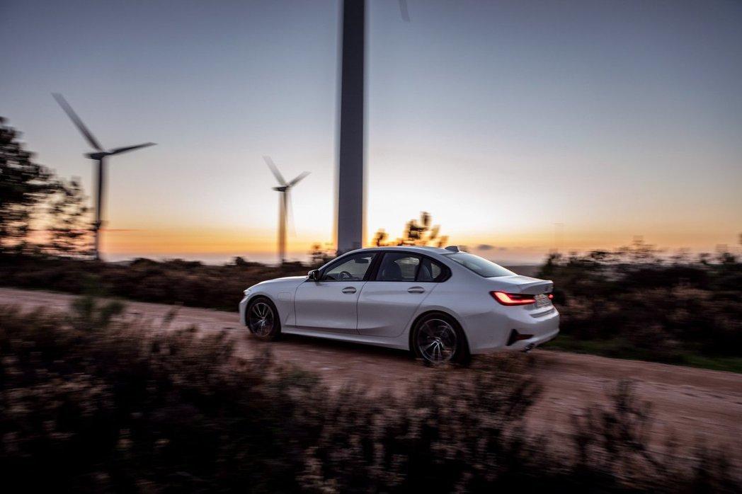 全新BMW 330e Plug-in Hybrid是品牌第一款配置XtraBoo...