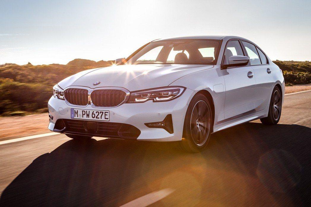 全新BMW 330e Plug-in Hybrid使用純電模式行駛時,最大續航距...