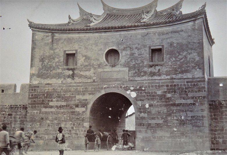 1895-1901年間的臺北府城北門。 圖/維基共享