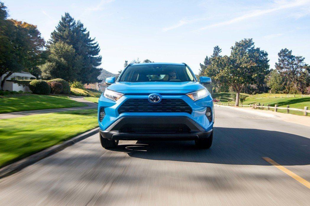 美規Toyota RAV4在汽油與Hybrid動力皆為2.5升的車型。 摘自To...