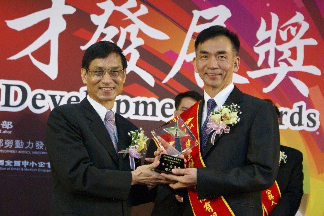 精呈科技獲勞動部頒2018國家人才發展獎,由該公司董事長張瑞成(右),代表企業接...