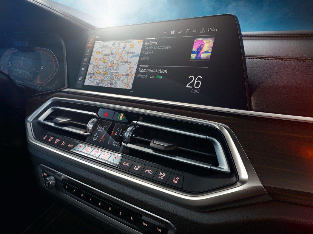 全新世代BMW X5採用最新的iDrive 7.0系統,推出中文聲控功能及車壇首...