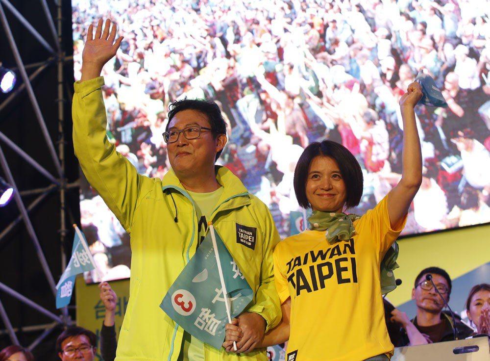 姚文智(左)與妻子潘瓊琪(右)手牽手,出席「手護國家首都」造勢場合。 攝影/郭晉...