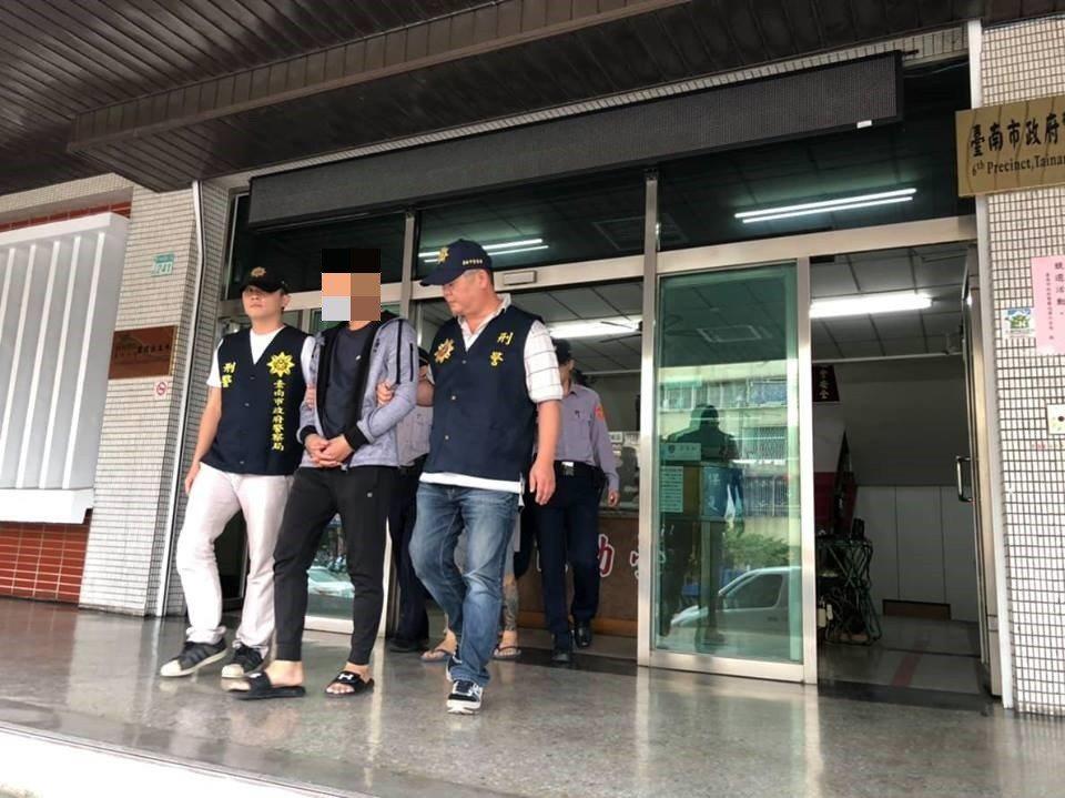 台南市陳姓男子等3人涉嫌自導自演被搶百萬元,警方逮捕到案。記者黃宣翰/翻攝