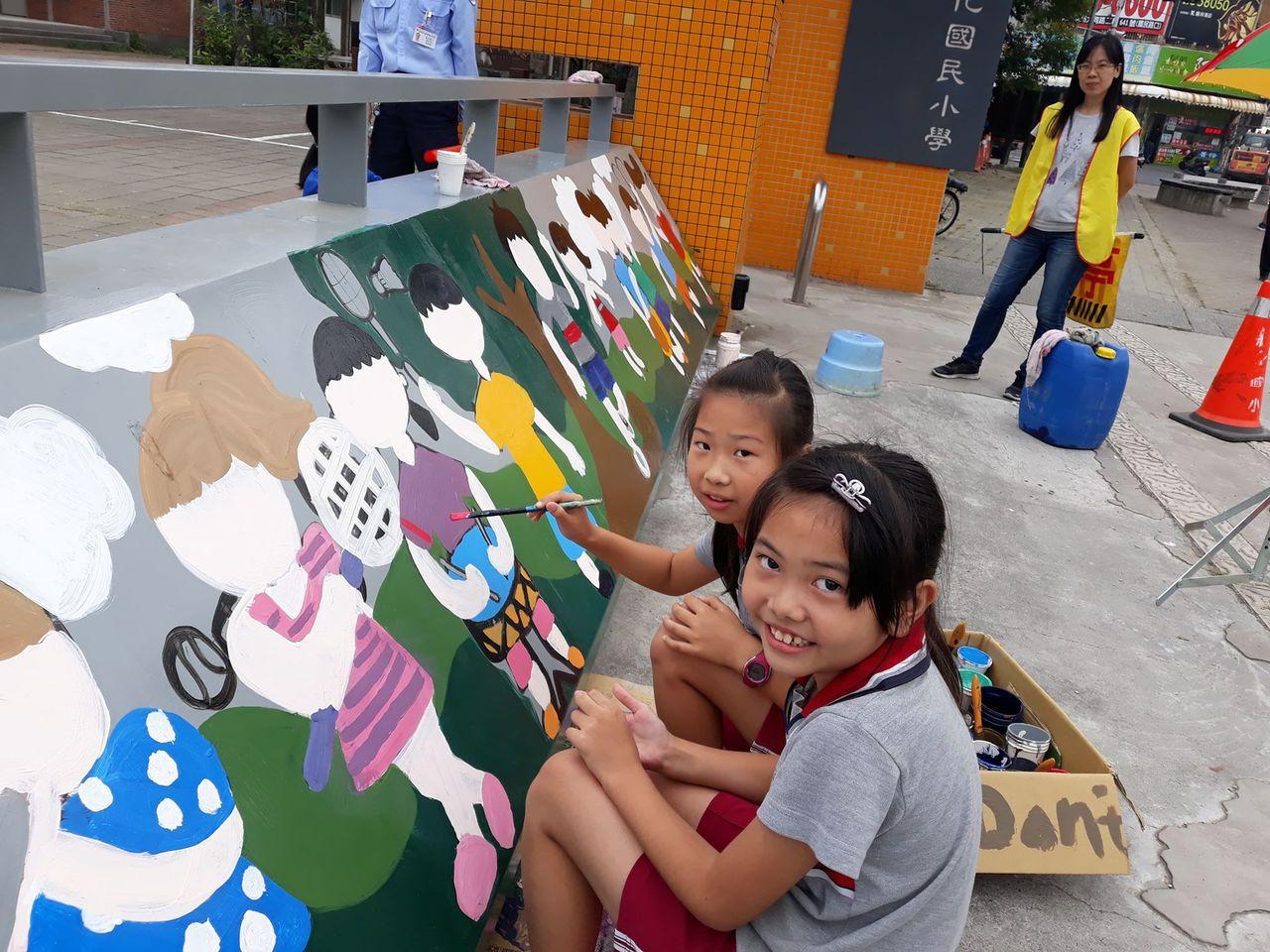台南市新化國小六年級學生彩繪校門,第一次用油漆作畫都覺得有趣。圖/新化國小提供