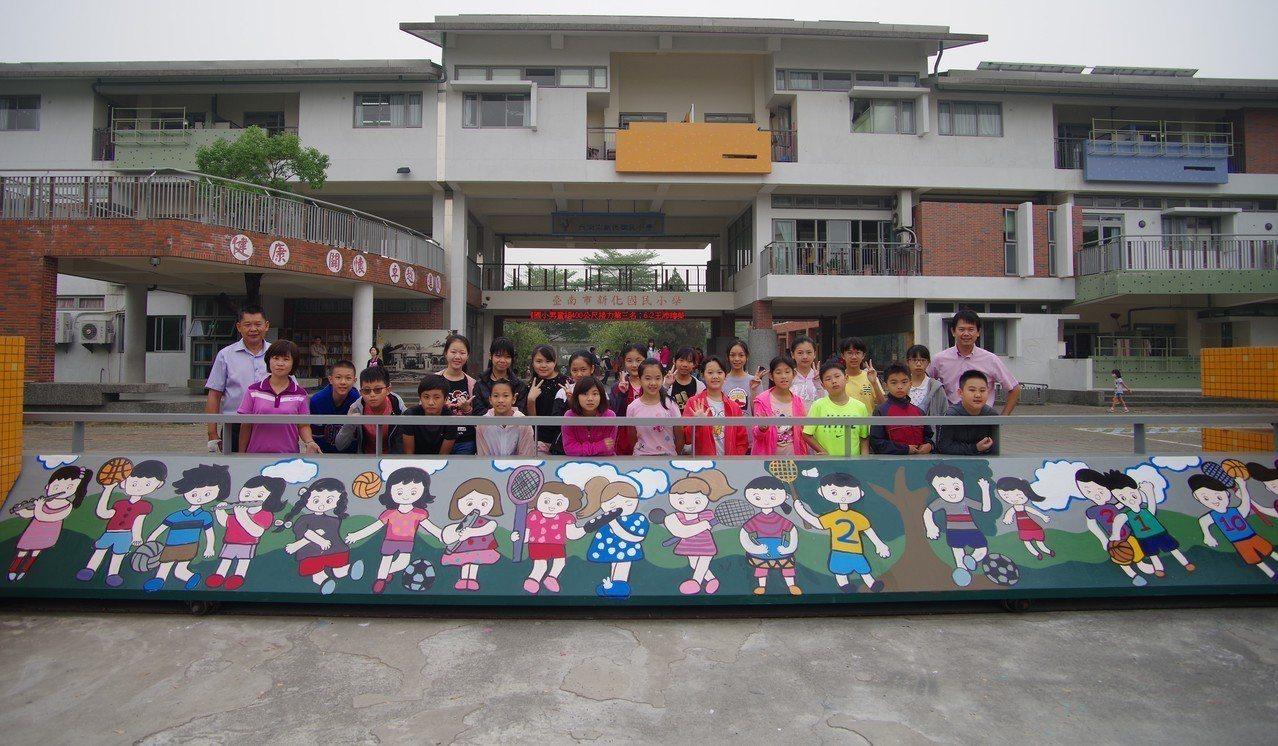台南市新化國小六年級學生彩繪校門,送給學校和自己最好的畢業禮物。圖/新化國小提供