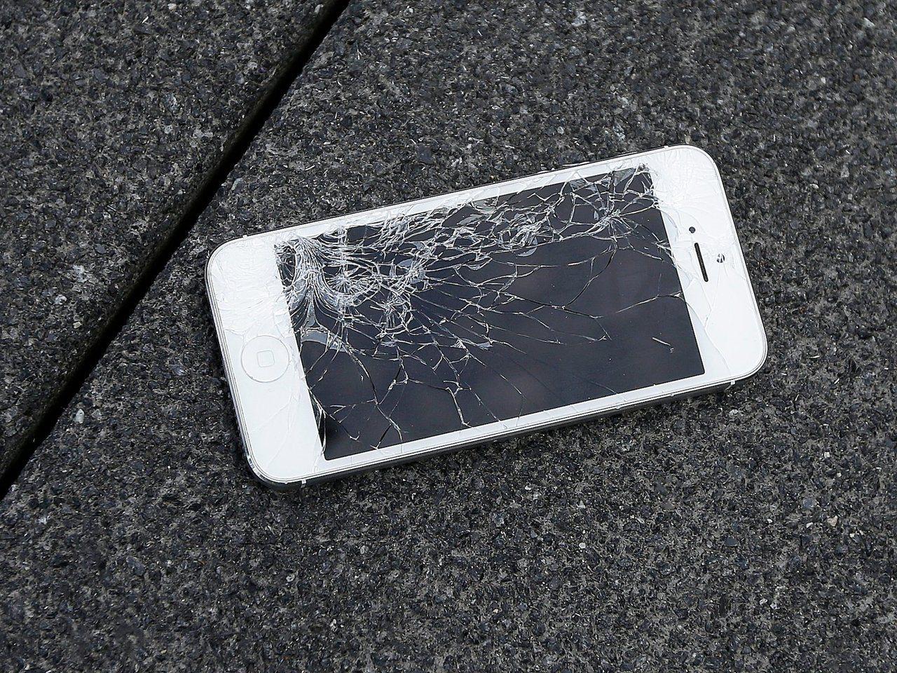 智慧手機螢幕的修理費用相當昂貴。 美聯社