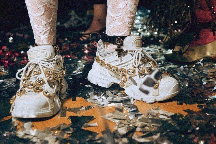 寶石裝飾老爹鞋是派對最耀眼的造型品之一。圖/Gucci提供