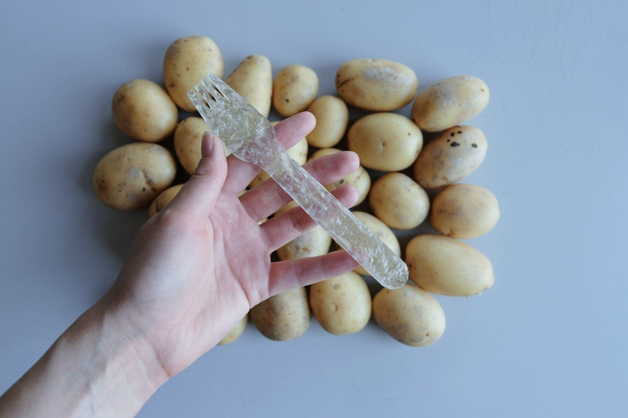 瑞典設計師童奎斯特用馬鈴薯粉當原料製成的免洗餐具。 圖擷自The James D...