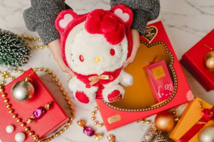 Hello Kitty絨毛玩偶穿上應景的紅色斗篷。圖/GODIVA提供