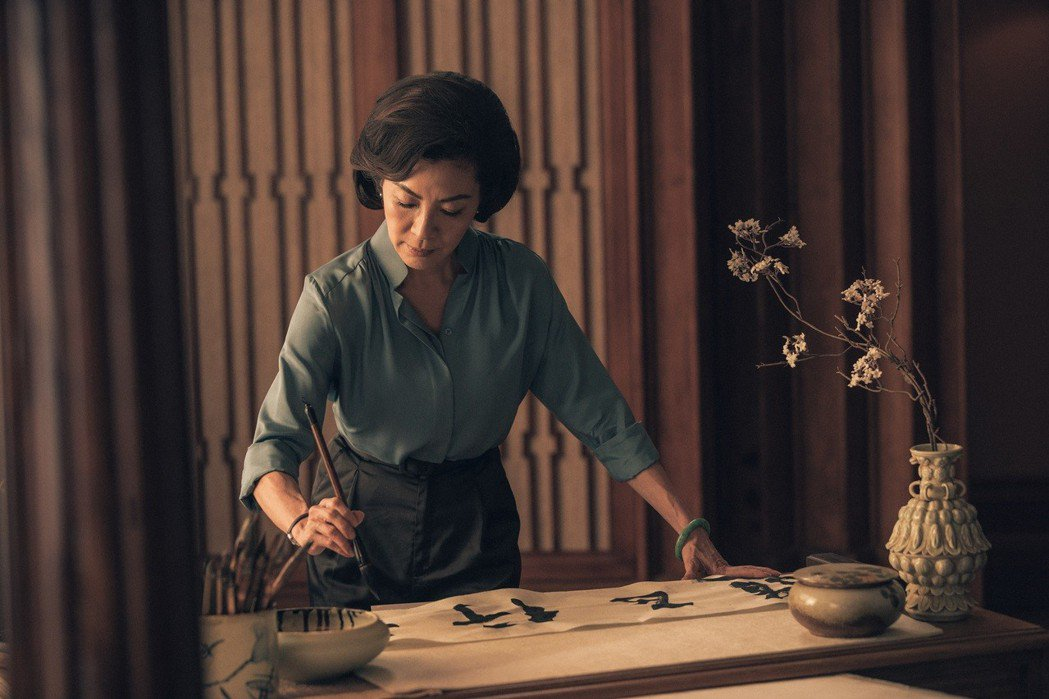 楊紫瓊在戲中手執毛筆,寫出四個大字的書法「武行正道」。圖/華映娛樂提供