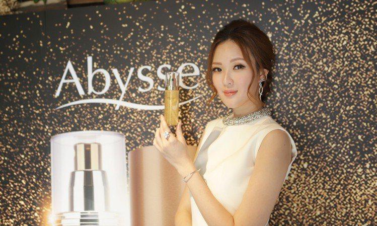 名模吳品萱為愛用品牌Abysse黃金藻保濕亮采潔顏膠站台。圖/Abysse提供