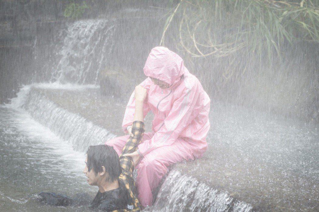 陳庭妮救溺水的劉以豪。圖/歐銻銻娛樂提供