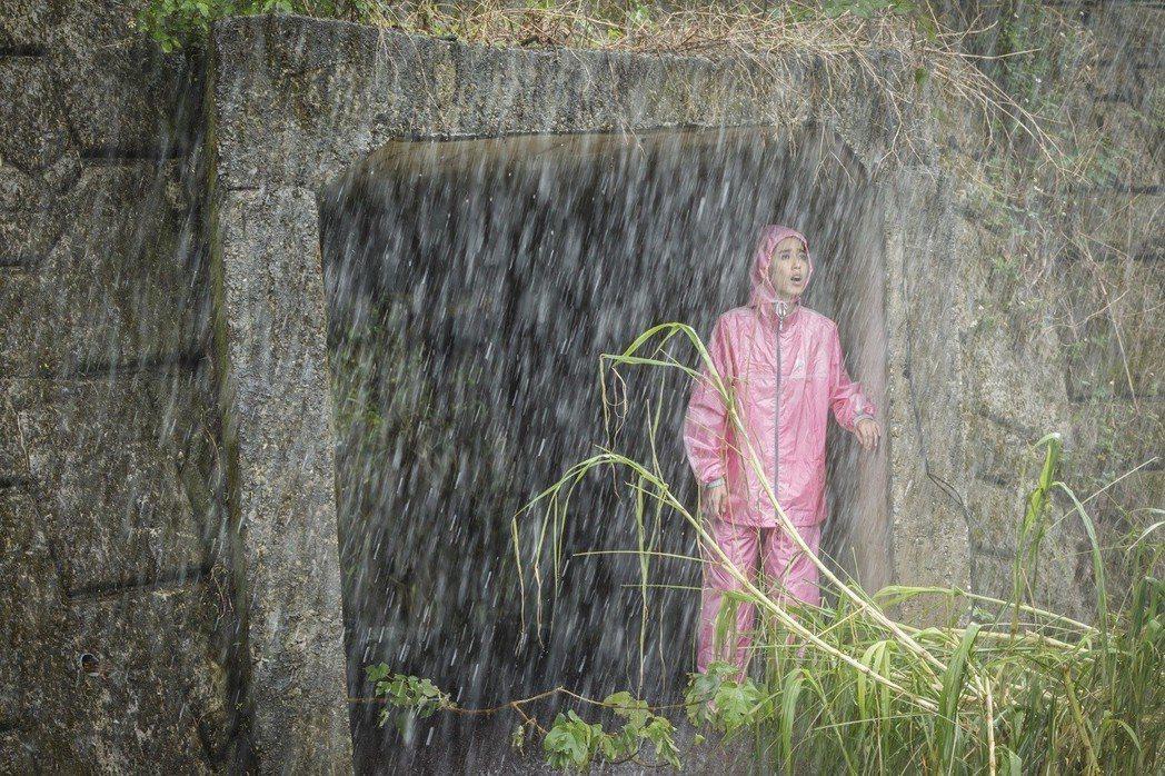 陳庭妮雨衣造型被虧像「粉紅色蝌蚪」。圖/歐銻銻娛樂提供