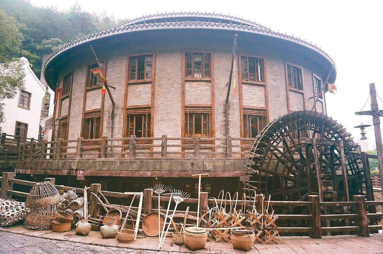 「客家小鎮」內展示的客家民居圓形土樓式建築 記者胡明揚/攝影、 圖/本報梅州傳真