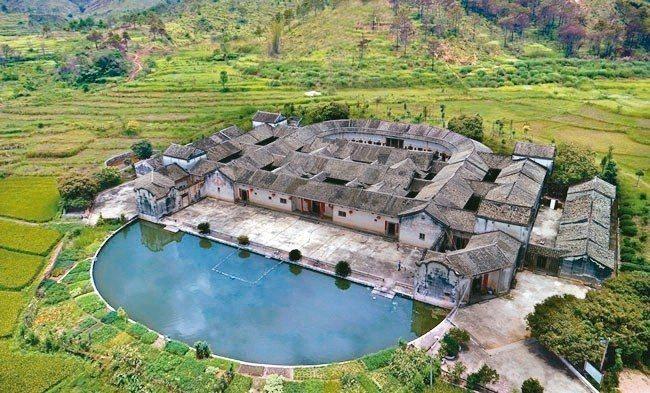 空拍「圍龍屋」。此種典型客家民居建築,體現出客家人作為漢人的一種儒家文化的觀念。...