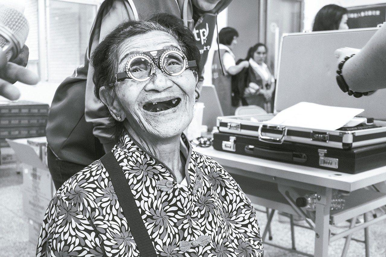 防盲基金會主辦「醫在偏鄉公益攝影展」,藉照片喚起社會對偏鄉視力照護關注。 圖/防...